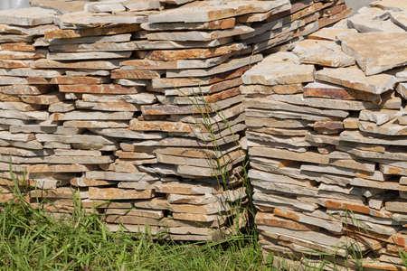 メモ フィールドの浅い深さは、草の上の石のブロックの山