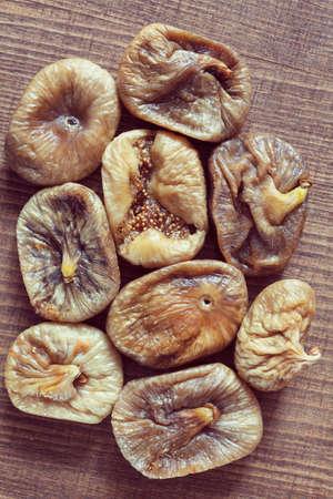 Higos secos en una mesa de madera, nota profundidad de campo Foto de archivo - 87945468