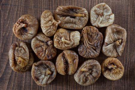 Higos secos en una mesa de madera, nota profundidad de campo Foto de archivo - 87945479
