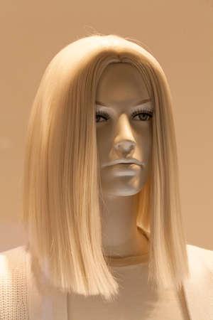 Cabeza de la muñeca con cabello rubio, observe la profundidad de campo Foto de archivo - 87945973