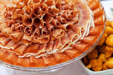 丸皿に前菜として生ハム