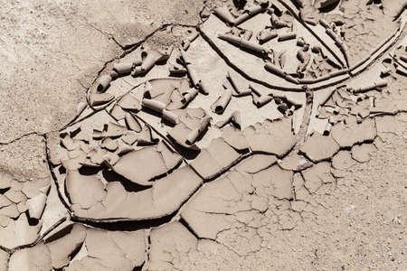 Rastro del fango seco y agrietado en naturaleza, observe la profundidad del campo baja Foto de archivo - 87944564