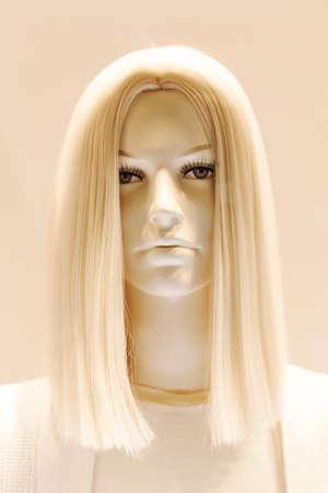 Cabeza de la muñeca con cabello rubio, observe la profundidad de campo Foto de archivo - 87946002