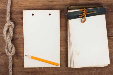 Antique 1943 Notepad anni e la sua pagina su sfondo in legno Archivio Fotografico