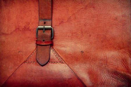 Fondo in cuoio vintage con una fibbia e telaio