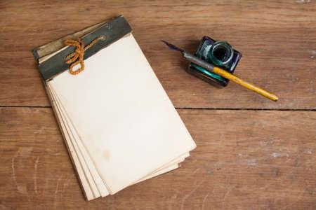 Old Merkzettel (1940.), Kugelschreiber und Tintenfass auf Holz Hintergrund Lizenzfreie Bilder
