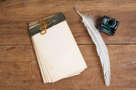 Quill inchiostro della penna e calamaio, notepad vecchio tavolo di legno Archivio Fotografico