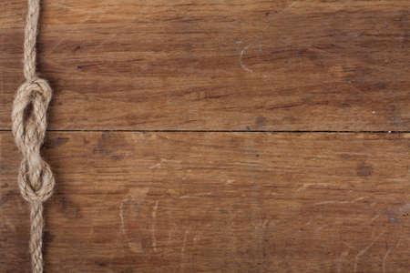 Nodo di corda su sfondo di legno