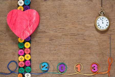 A�o Nuevo reloj de bolsillo, botones de colores, hilo en roble textura de fondo de madera photo