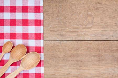 cozimento: Cozinha textile textura vermelho e branco, colheres de madeira na madeira do fundo texturizado