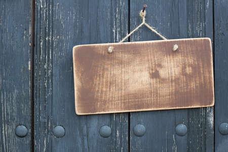 vítejte: Grunge dřevěný rám prázdný s lanem visí na hřebíku na špinavé prken pozadí Reklamní fotografie