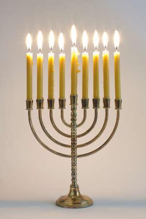 Chanukka-Leuchter mit brennenden Kerzen