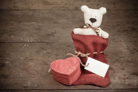 vintage teddy bears: Scatola di forma di cuore, fatto a mano orso giocattolo e regalo etichetta annata Archivio Fotografico