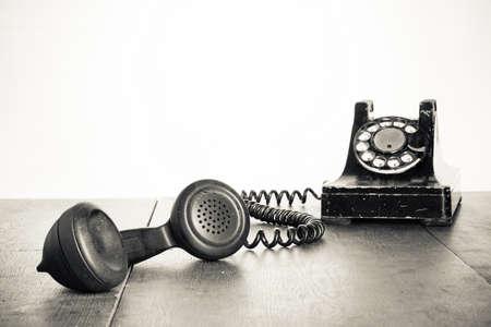 Vintage telefoonhoorn op oude tafel sepia Stockfoto