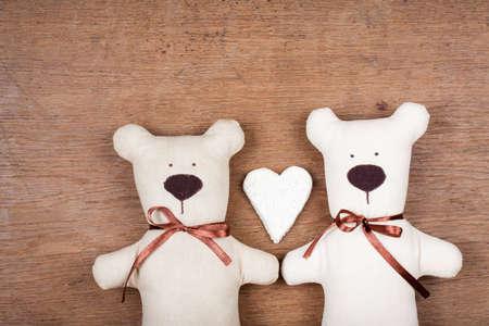 Valentijn kaart met handgemaakte beren en hart op houten textuur