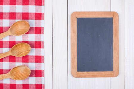 Blackboard, keuken apparatuur op witte houten achtergrond