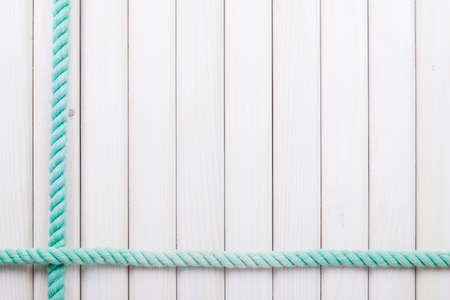 Bianco tavole in legno con sfondo corda