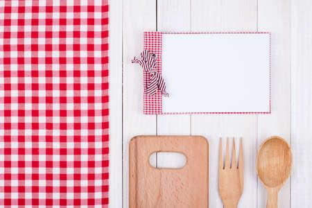 Recept kookboek, keuken apparatuur op witte houten achtergrond