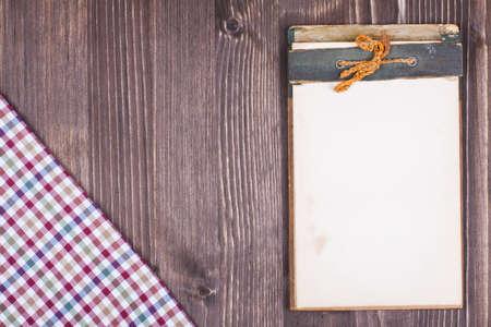 Recept notebook, tafelkleed op houtstructuur achtergrond