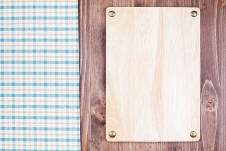 Menu or recipe sign board, checkered tablecloth on wooden background Imagens