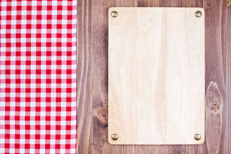 Menu or recipe board, checkered tablecloth on wooden background Standard-Bild