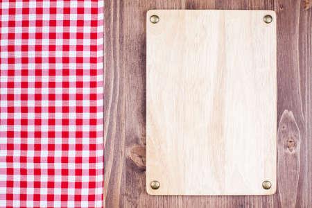 Menu of recept boord, geblokte tafelkleed op houten achtergrond