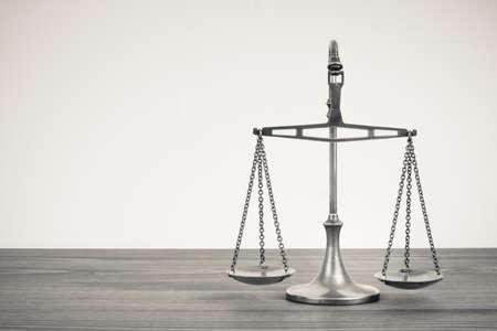 balanza en equilibrio: Escalas en una mesa.