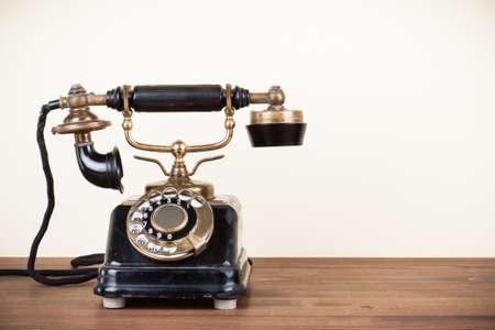 telefono antico: Vintage telefono sul tavolo in legno Archivio Fotografico