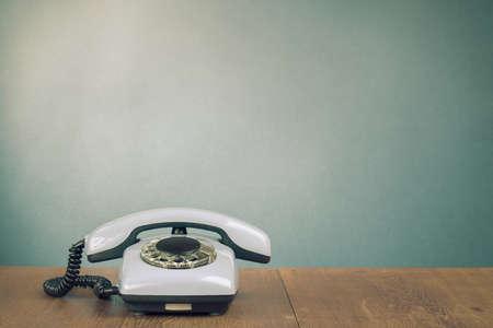 Retro telefono sul tavolo per sfondo vecchio stile