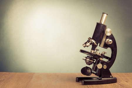 Weinlese-Mikroskop auf dem Tisch f�r die Wissenschaft Hintergrund