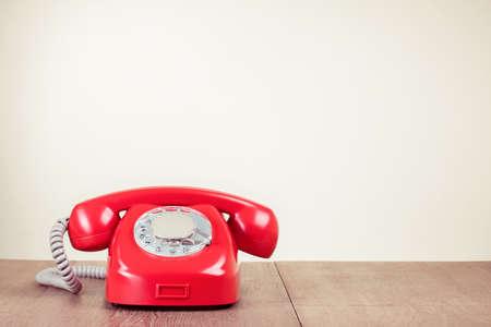 Retro Rotary Telefon auf Holz Tisch Lizenzfreie Bilder