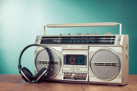 reggae: Retro cassette ghetto blaster et t�l�phones sur la table dans la menthe avant fond vert