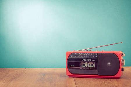 Retro rode radio-cassette speler op tafel voor mint groene achtergrond