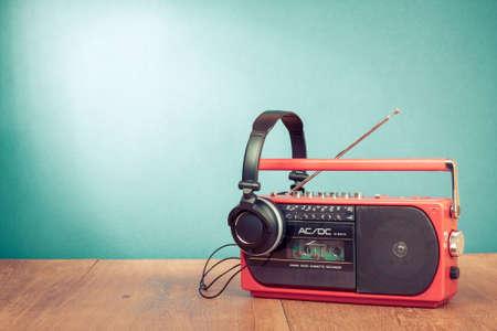 Retro cassette-speler en een telefoon in de voorkant mint groene achtergrond Stockfoto