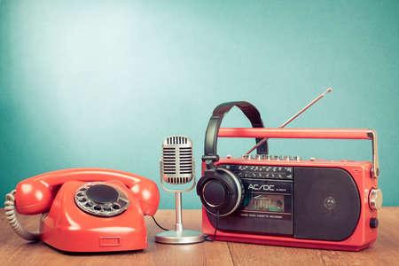 Retro telefoon, radio en cassettespeler, hoofdtelefoon, microfoon Stockfoto