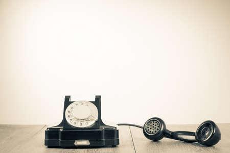 Retro oude telefoon op de tafel voor contact achtergrond