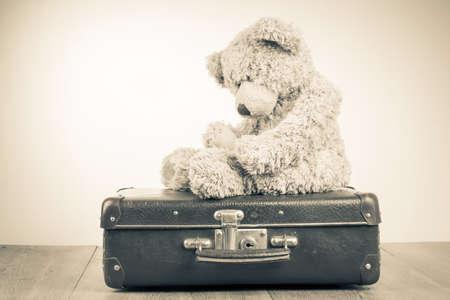 Teddy Bear Spielzeug allein auf Koffer retro Sepiafoto Lizenzfreie Bilder