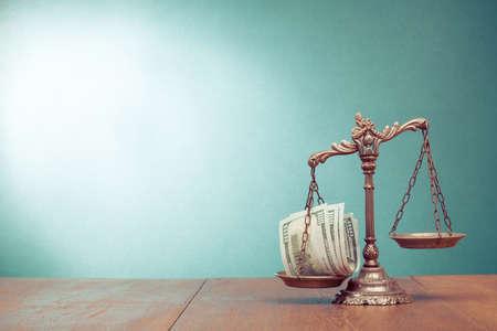 Scale di legge e denaro contante sul concetto di tavolo foto