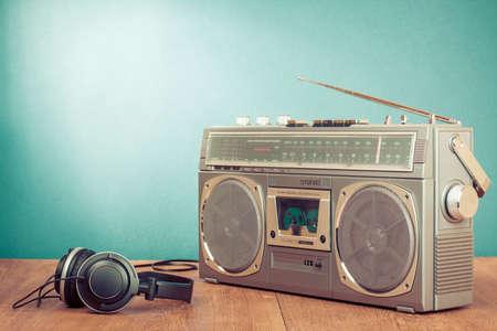 equipo de sonido: Casete retro del ghetto blaster y auriculares en fondo verde menta delante