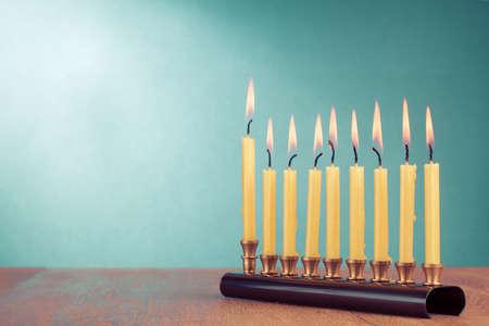 Chanoeka met brandende kaarsen voor de achtergrond