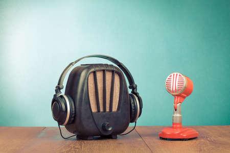 Retro radio, rode microfoon en hoofdtelefoon oude stijl foto Stockfoto