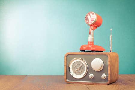 Retro radio, rode microfoon oude stijl foto