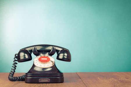 表フロント アクアマリン背景にレトロな電話