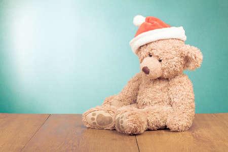 teddy bear: Osito de peluche en el sombrero de Santa para la nueva tarjeta de felicitaci�n de a�o