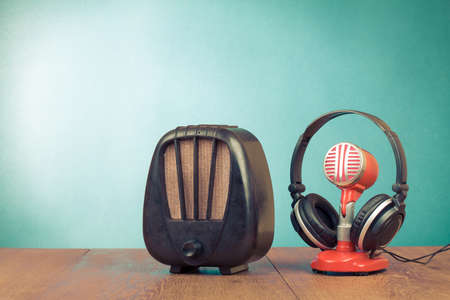 radio retr�: Retro radio, microfono rosso, cuffie sul tavolo vecchio stile foto Archivio Fotografico