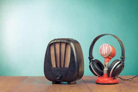 Retro-Radio, rote Mikrofon, Kopfh�rer auf dem Tisch alten Stil-Foto