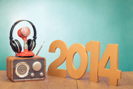 Retro radio, red microphone, headphones and 2014 New Year date Banque d'images