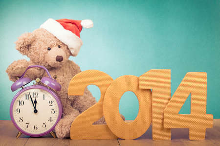 Retro style New Year card with clock, Teddy Bear in Santa hat Banque d'images