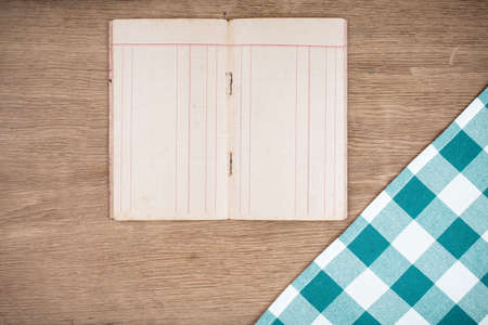 Recipe notebook, tablecloth on wood background Banque d'images