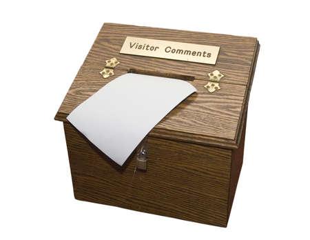 訪問者のコメントのための木製のボックス。ゲストブックなどに最適です。白い背景で隔離